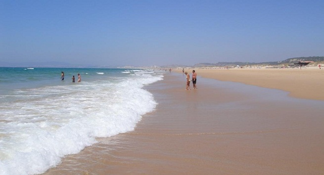 playa gay en caparica lisboa