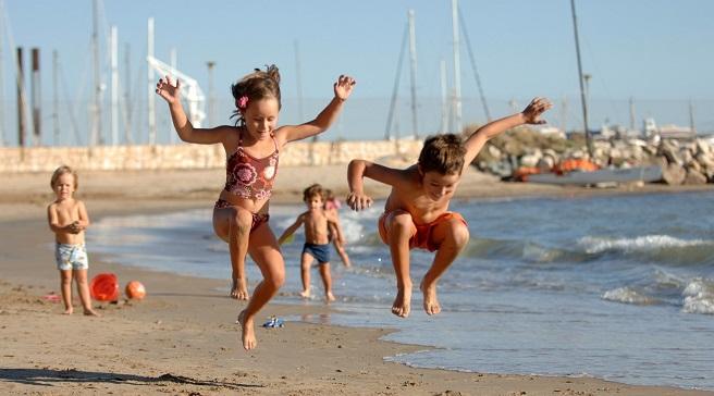 Consejos para escoger la mejor playa para los niños: https://playascalas.com/consejos-escoger-mejor-playa-ninos/