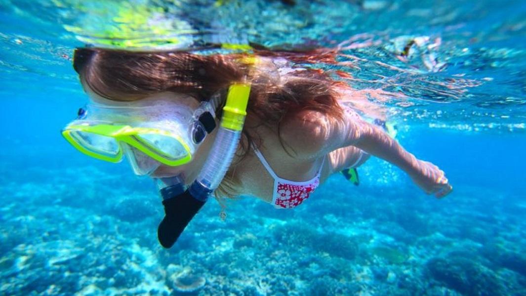 mujer-practicando-snorkel