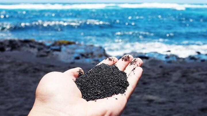 arena-negra-en-la-mano