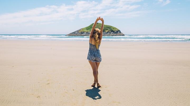 mujer-en-la-playa-posando