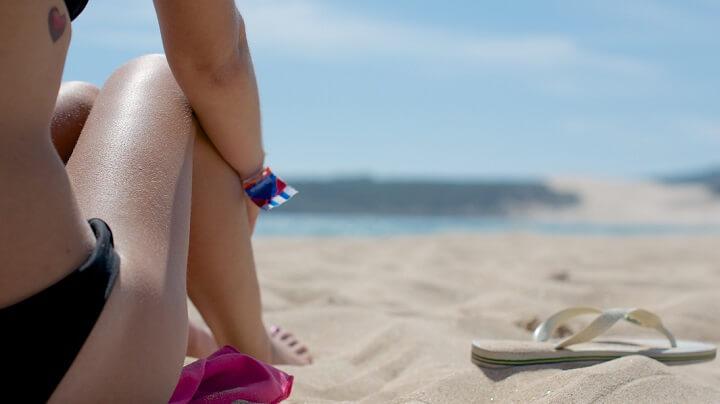 mujer-sentada-en-la-playa