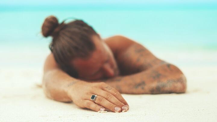 hombre-tumbado-en-una-playa-nudista