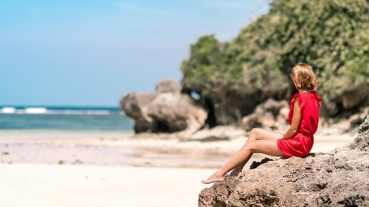 mujer-relajada-en-la-playa